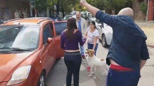 Beim Versuch ihren Hund auszusetzen, wurden sie ausgebuht