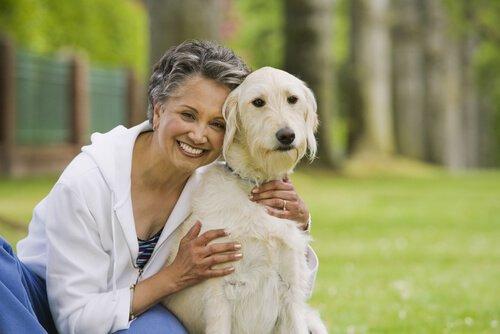 ältere Menschen mit Hund