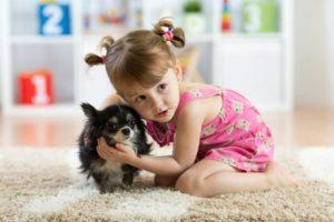 schöne Realität: Kind und Hund