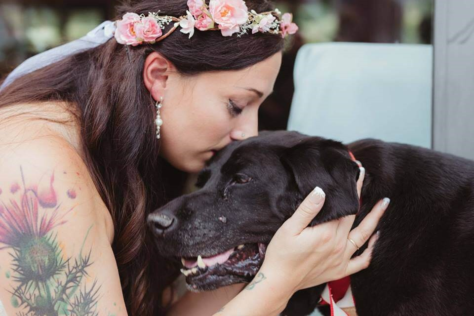 Es wird erlaubt Besitzer und Haustiere zusammen zu bestatten - Frau mit Hund