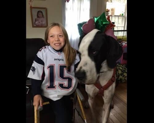Das zwölfjährige Mädchen, das dank ihres Hundes gehen kann