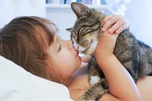 Mit deiner Katze schläfst - Mädchen mit Katze