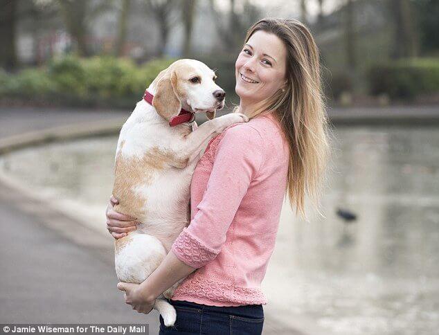 junge Frau und Beagle Hündin
