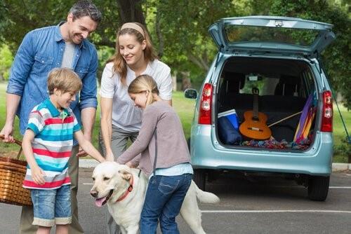 Tipps für Hundehalter wenn sie in den Urlaub fahren - Familie mit Hund