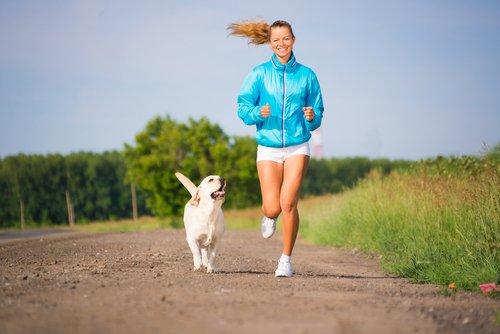 Hunde joggen gerne mit Frauchen oder Herrchen mit.