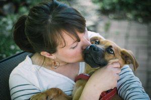 Schutzhunde für Frauen müssen zu der Besitzerin passen.