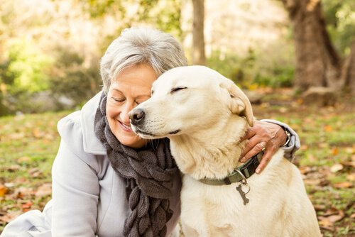Frau umarmt Hund