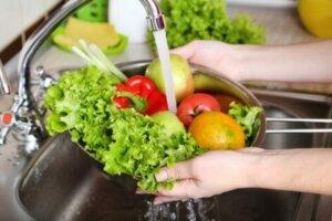 Um eine Infektion mit Escherichia Coli zu vermeiden, sollten Obst und Gemüse gut gewaschen werden
