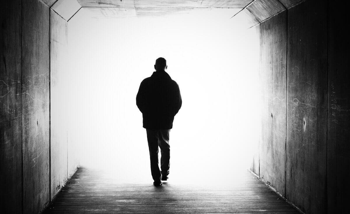 Tod verstehen - Mann läuft ins Licht